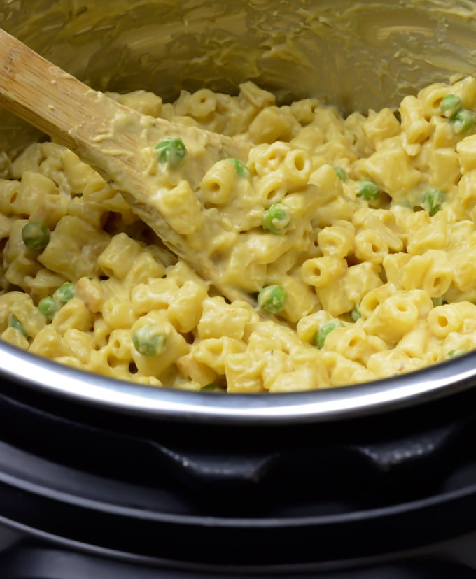 Creamy vegan mac and cheese in the Instant-Pot.