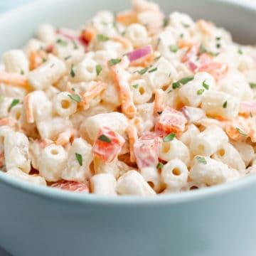 Vegan macaroni salad in a turquoise bowl.